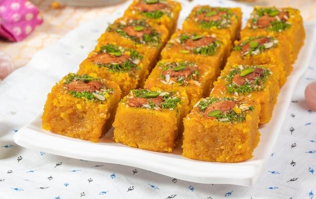 Célèbre nourriture sucrée indienne mogar dal chakki