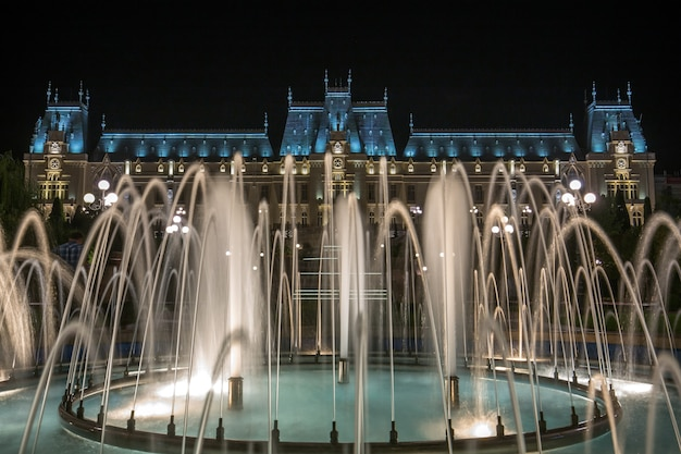 Célèbre palais de la culture à iasi, roumanie avec des fontaines en face d'elle