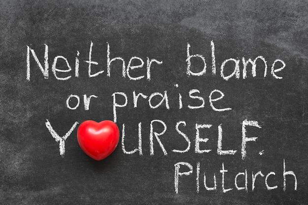 Célèbre philosophe grec plutarque citation sur l'éloge ou blâmer vous-même écrit à la main sur le tableau noir