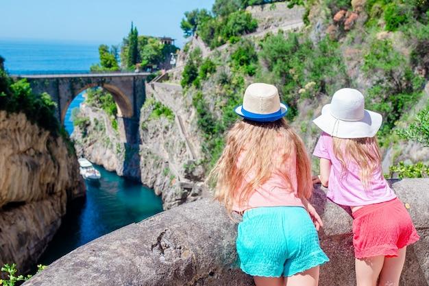 La célèbre plage de fiordo di furore vue du pont.
