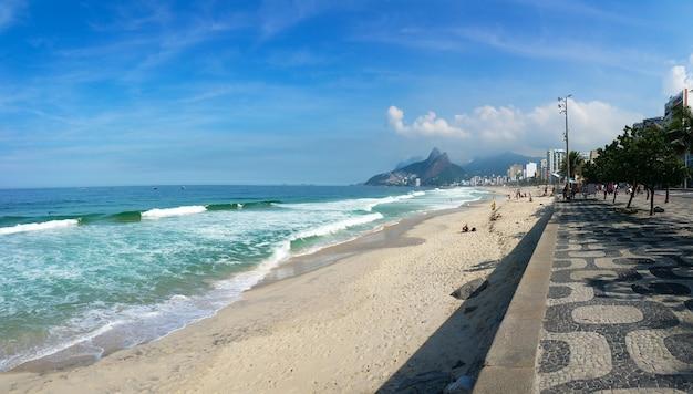 Célèbre plage d'ipanema à rio de janeiro au brésil.