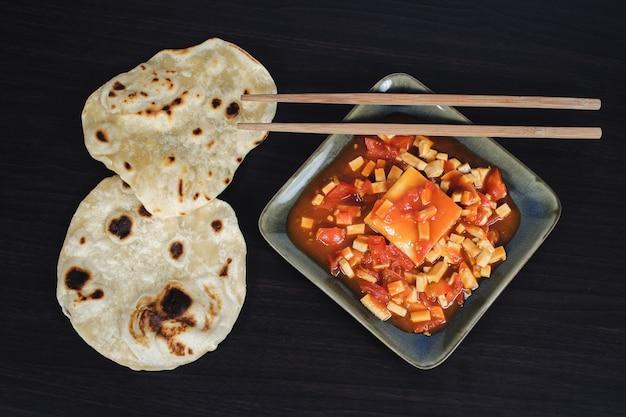 Célèbre plat indien: plat au curry épicé et masala au beurre paneer.