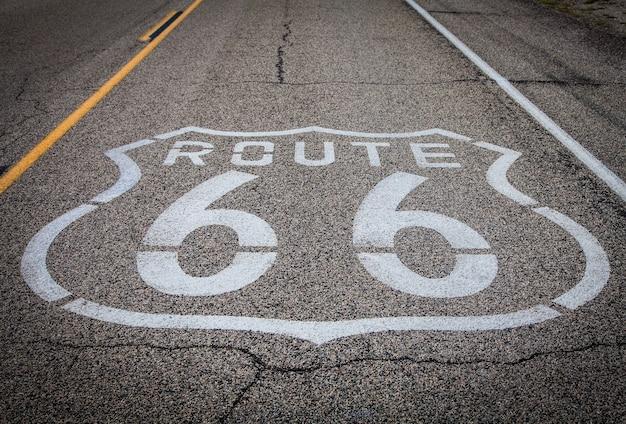 Célèbre point de repère de la route 66 sur la route dans le désert californien