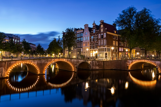 Célèbre pont d'amsterdam de nuit