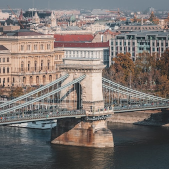 Célèbre pont à chaînes sur la rivière danune depuis la terrasse d'observation
