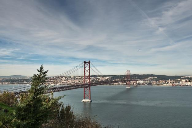 Le célèbre pont du 25 avril à lisbonne, portugal
