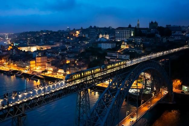 Célèbre pont luis i de nuit, porto, portugal, europe