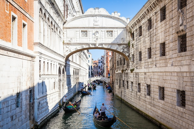 Le célèbre pont des soupirs de venise a été conçu par antonio contino et a été construit au début du xviie siècle