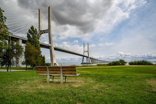 Célèbre pont vasco da gama à sacavem, portugal sous le ciel nuageux