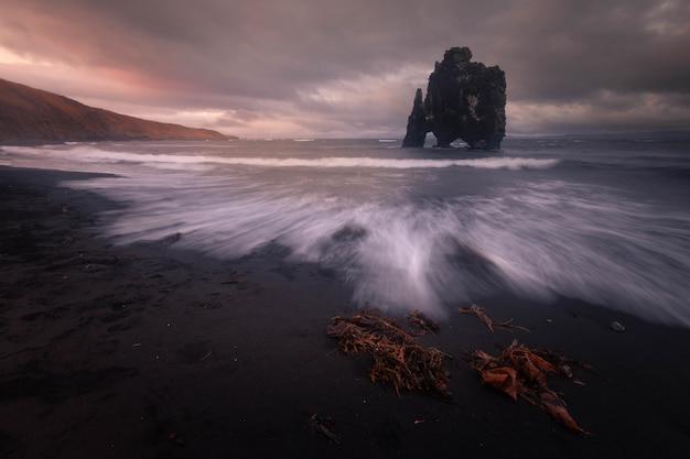 Le célèbre rhino rock nommé hvitserkur à côté d'osar dans le nord de l'islande.