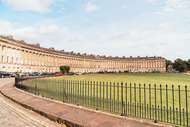 Le célèbre royal crescent à bath somerset en angleterre, royaume-uni.