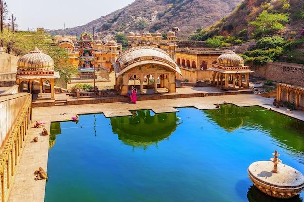 Célèbre saint kund dans le temple des singes, galta ji, jaipur, inde.