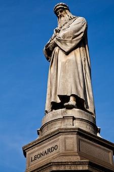 Célèbre statue de léonard de vinci à milan (milano), piazza della scala