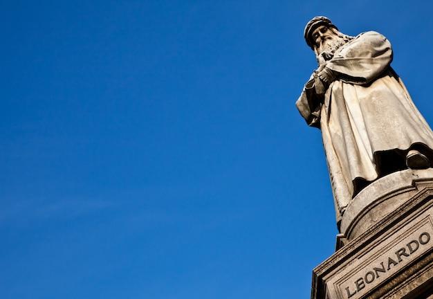 Célèbre Statue De Léonard De Vinci à Milan (milano), Piazza Della Scala Photo Premium