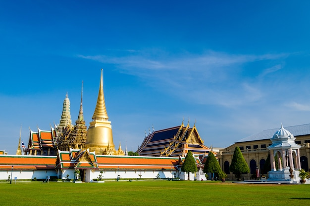 Le célèbre temple royal des émeraudes de bangkok