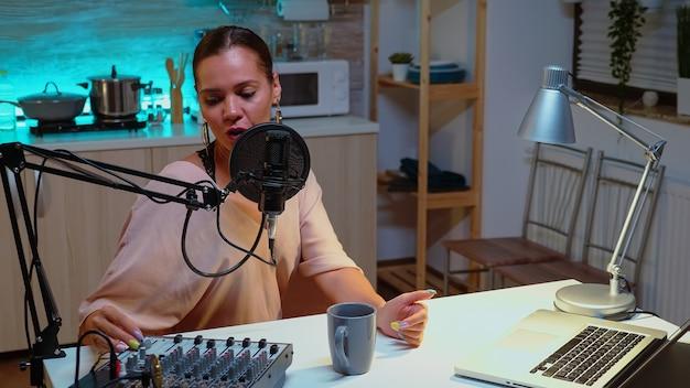 Célèbre vlogger répondant aux questions des fans lors d'une émission en ligne. émission créative en ligne production en direct hôte de diffusion sur internet diffusant du contenu en direct, enregistrant la communication numérique sur les médias sociaux