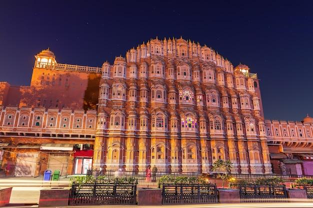 Célèbre vue de nuit du palais hawa mahal, jaipur, inde.