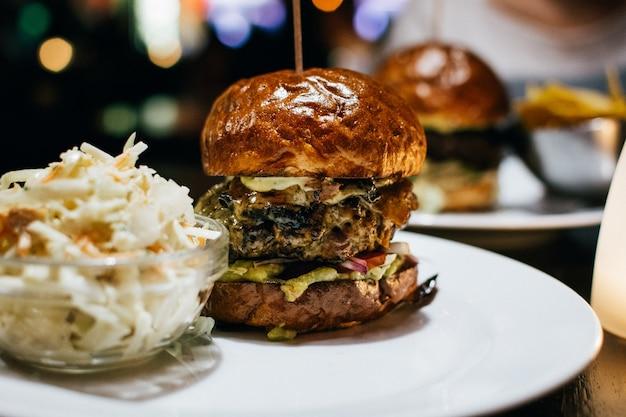 Célébrer avec un burger de boeuf juteux dans un restaurant