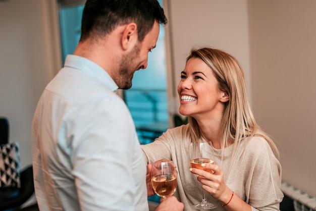 Célébrer un événement ou une bonne nouvelle. couple heureux, boire du vin blanc.