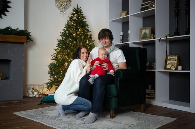 Célébrer la famille de noël et les vacances avec bonheur près de l'arbre de noël magnifiquement décoré, noël