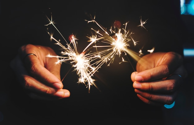 Célébrer avec des feux de bengale dans la nuit