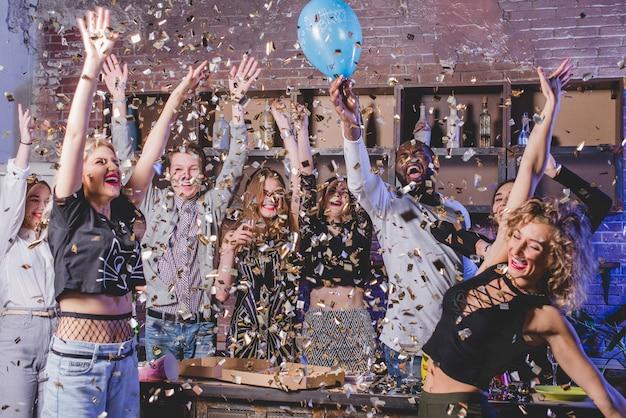 Célébrer un groupe d'amis