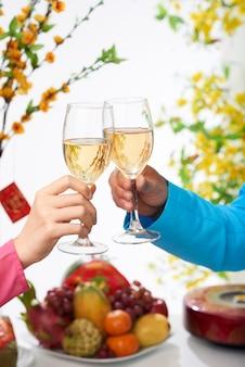 Célébrer le nouvel an avec du vin