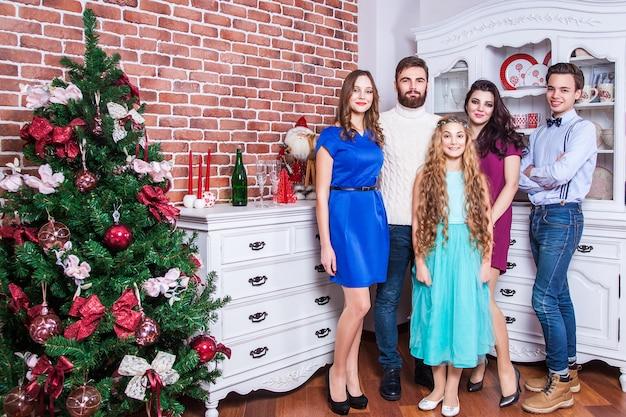 Célébrer le nouvel an avec les meilleurs amis et le concept de famille