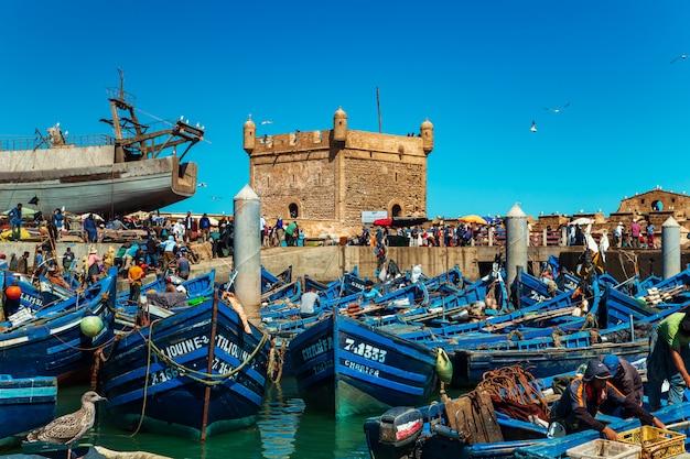 Célèbres bateaux bleus dans le port d'essaouira.