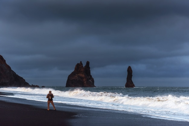 Célèbres formations rocheuses de reynisdrangar sur la plage noire de reynisfjara
