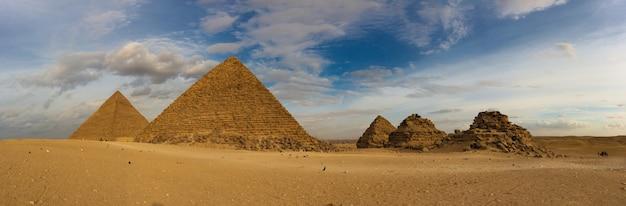 Célèbres grandes pyramides de gizeh dans le désert de sable au caire