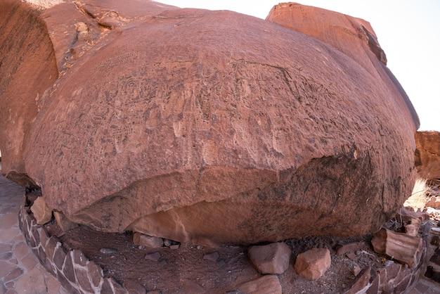 Les célèbres gravures rupestres préhistoriques de twyfelfontein, attraction touristique et destination de voyages en namibie, en afrique.