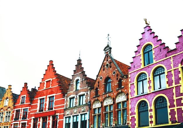 Célèbres maisons en briques colorées sur la place grote markt dans la vieille ville médiévale de bruges belgique europe