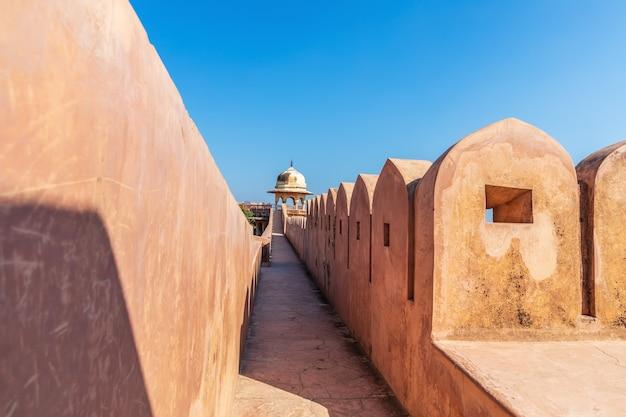 Célèbres murs du fort de jaigarh, jaipur, rajasthan, inde