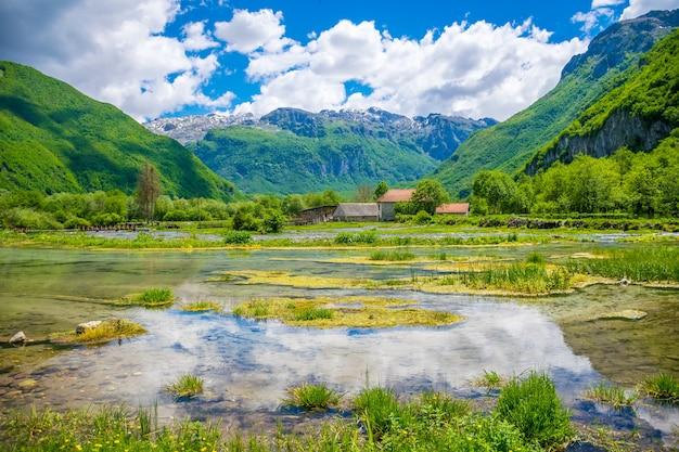 Les célèbres sources ali-pasha sont situées près des montagnes prokletije.
