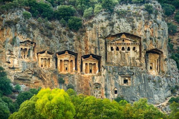 Célèbres tombes lyciennes de l'ancienne ville de caunos, dalyan, turquie