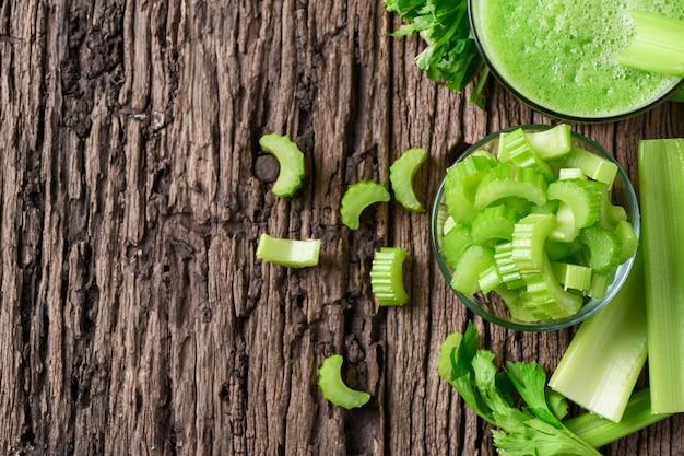 Céleri vert tranché frais en verre