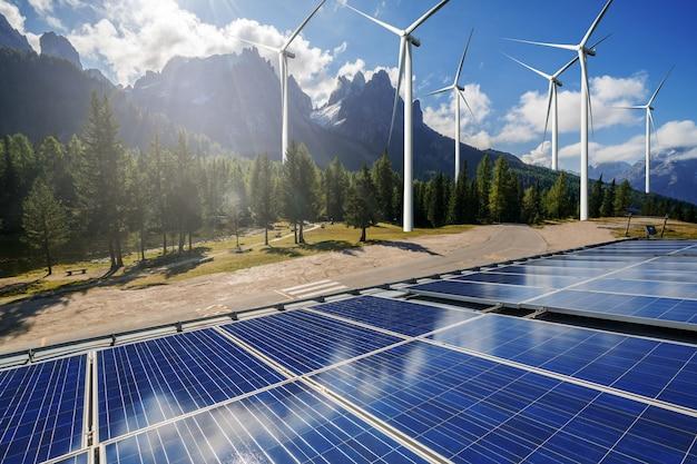 Cellule photovoltaïque de panneau d'énergie solaire et générateur d'énergie de ferme d'éolienne dans le paysage de nature.