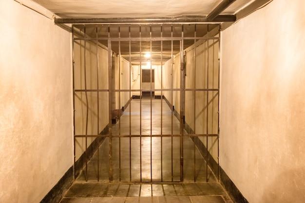 Cellule de prison avec des barres de fer de prison pour les criminels