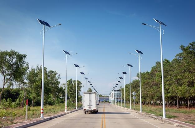 Une cellule solaire allume la lumière pour la rue