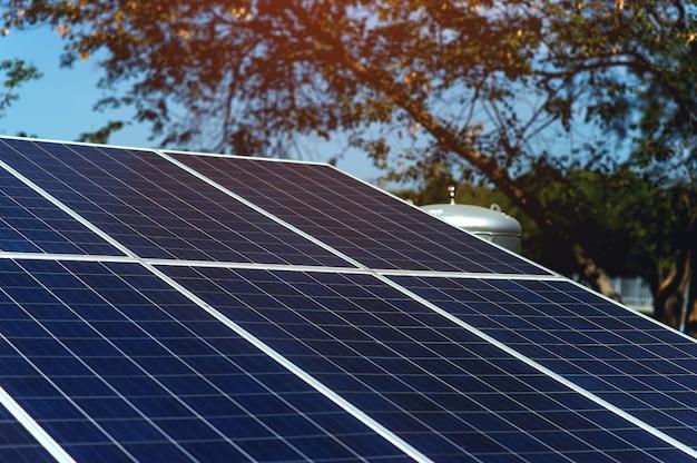 Les cellules solaires convertissent l'énergie solaire du soleil en énergie. concept de cellule solaire avec espace de copie