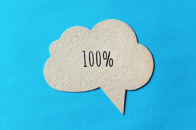 Cent pour cent écrit sur une bulle de dialogue en carton