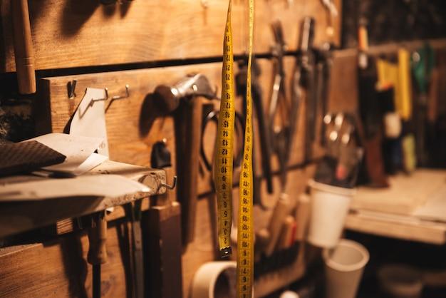 Centimètre à l'atelier de chaussures.