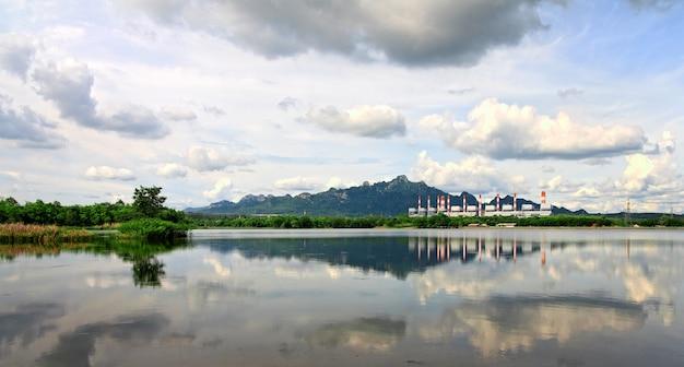 Centrale électrique au bord du lac et de la montagne