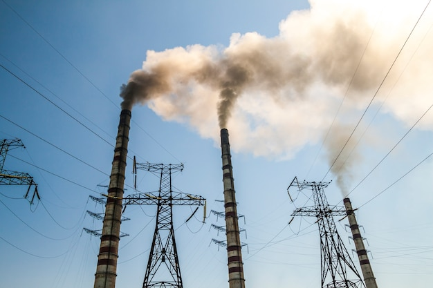 Centrale électrique au charbon avec des cheminées de fumée. fumée sale dans le ciel, problèmes écologiques.
