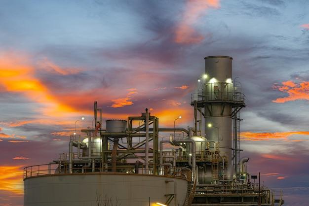 Centrale électrique au gaz ou au pétrole pour l'industrie au crépuscule, centrale électrique avec lumière du soleil