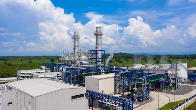 Centrale électrique avec un ciel bleu.