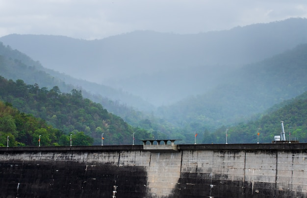 La centrale électrique du barrage de bhumibol en thaïlande.