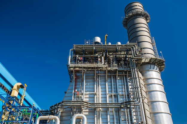 Centrale électrique pendant la cheminée de la sous-station et la centrale électrique beau ciel bleu de couleur