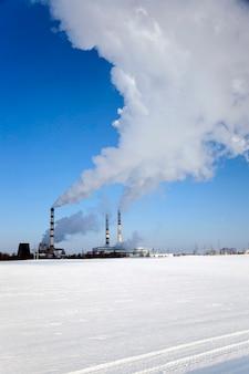 Centrale électrique photographiée en gros plan dans la saison d'hiver